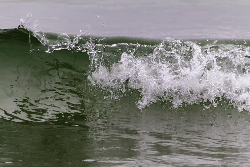 Łamanie fala przy wodołaz linią brzegową zdjęcie stock