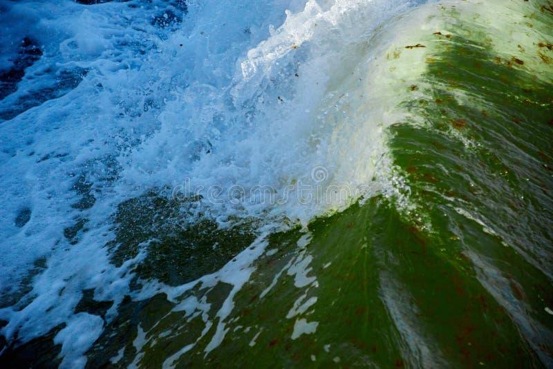 łamanie fala w burzowym morzu fotografia royalty free