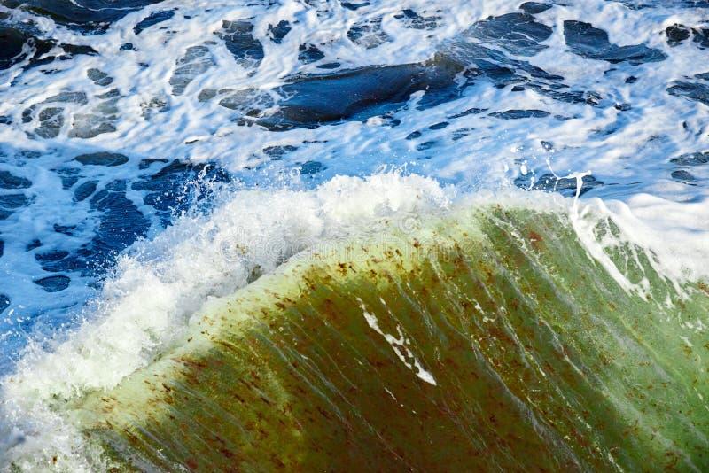 łamanie fala w burzowym morzu zdjęcia royalty free