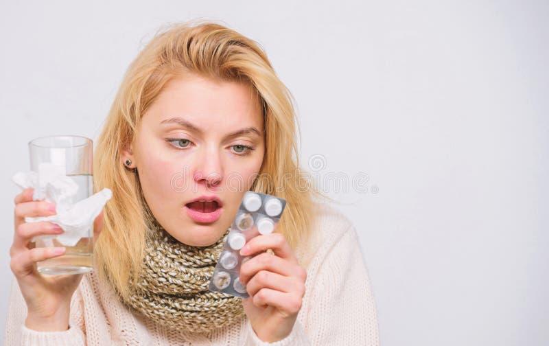 Łamanie febry pojęcie Migreny i febry remedia Kobiety chorej osoby chwyta szkła pastylki i woda pokrywamy pęcherzami Wp8lywy pigu obraz stock