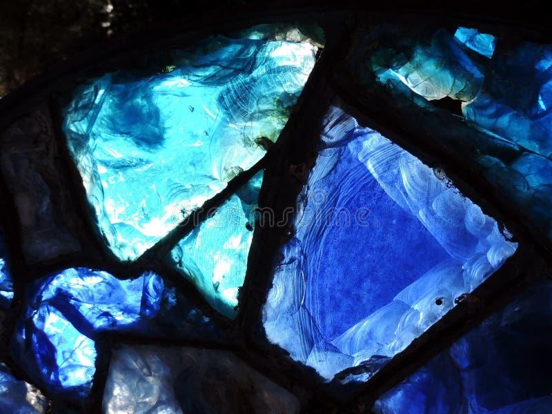 Łamany błękitny witrażu okno obraz stock