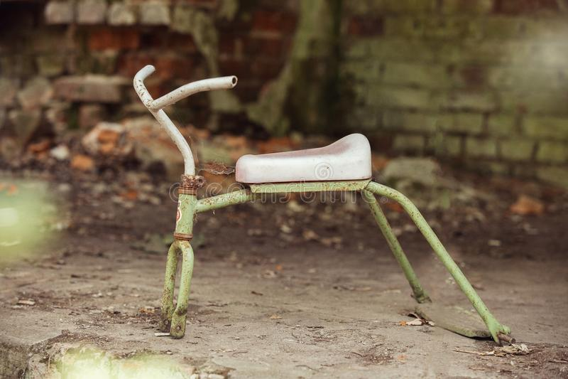 Łamany bicykl w zaniechanym dziecinu obrazy stock