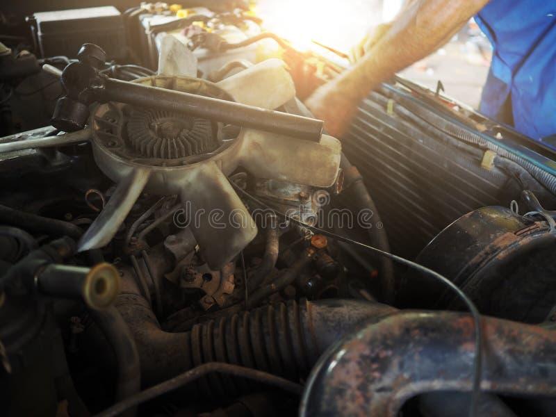 Łamany chłodniczego fan silnik samochód ono usuwa w garażu Auto remontowa usługa fotografia stock