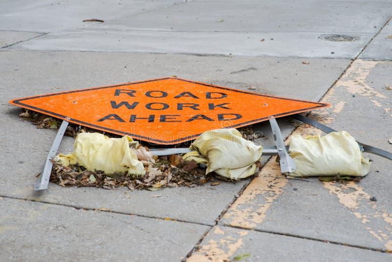 Łamany Drogowej pracy Naprzód znak na betonowym chodniczku zdjęcie royalty free