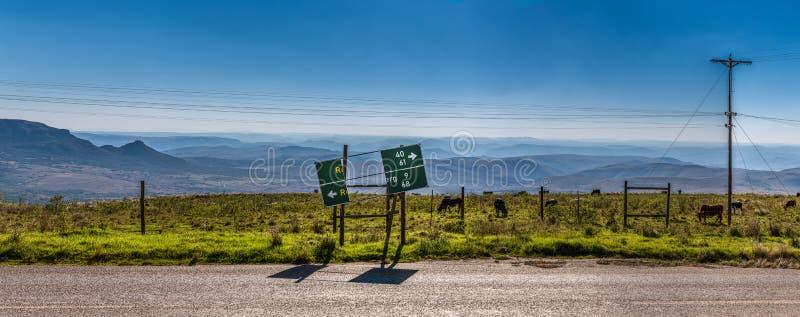 Łamany drogowy podpisuje wewnątrz krajobraz Południowa Afryka obrazy stock