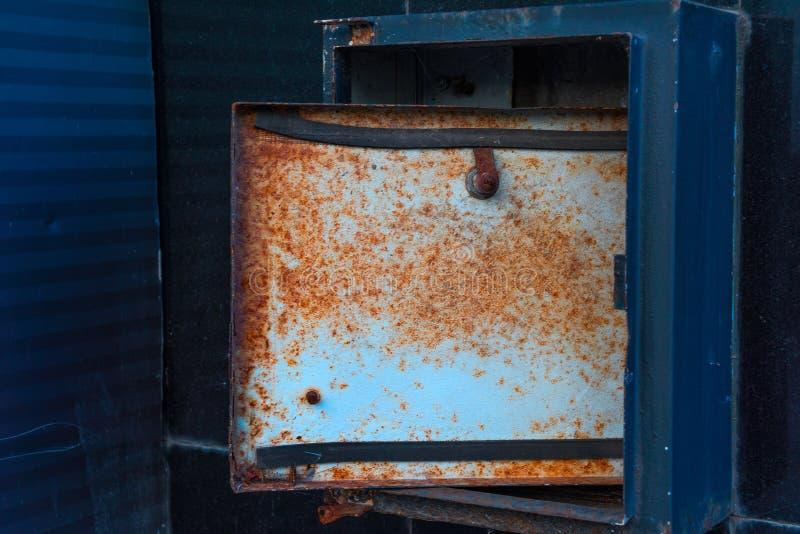 Łamany drzwi ośniedziały metalu drutu pudełko obrazy stock