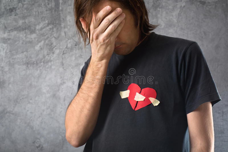 Łamany hearted mężczyzna płacze. Walentynka dnia pojęcie. zdjęcie royalty free