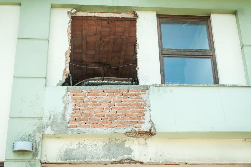 Łamany i uszkadzający okno z dziurą czeka zamieniającym w fasadzie zdjęcia stock