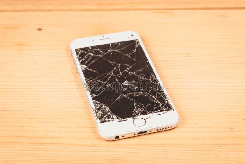 Łamany iPhone 6S rozwijał firmą Apple Inc obrazy royalty free