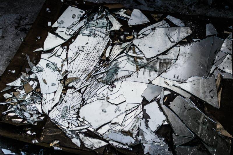 Łamany lustro na ziemi zdjęcia royalty free