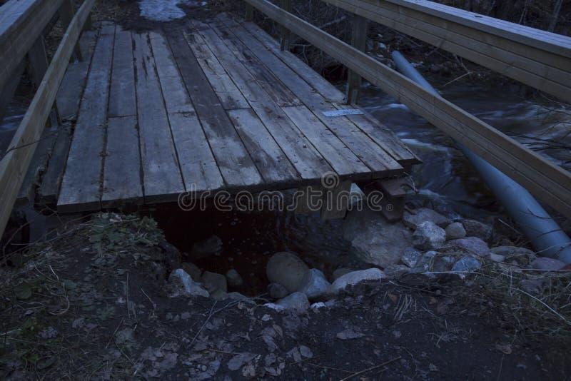 Łamany most od wiosny powodzi zazwyczaj mała rzeka w lesie w północnym Szwecja zdjęcie stock