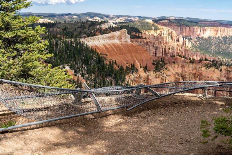 Łamany ogrodzenie przy turystą przegapia przy Bryka jaru parkiem narodowym obraz stock