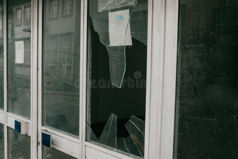 Łamany okno jako rezultat wandalizm, trzęsienia ziemi lub inny negatywny wydarzenie lub zdjęcia stock