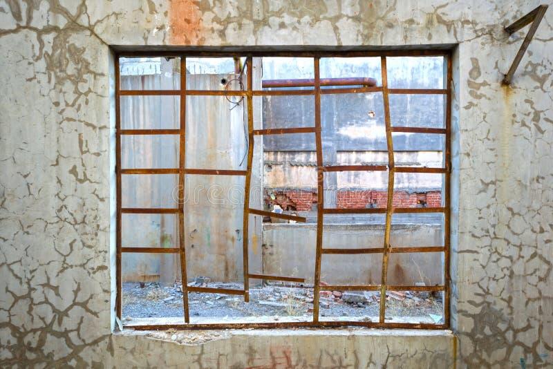 Łamany okno w szarej betonowej ścianie zdjęcie stock