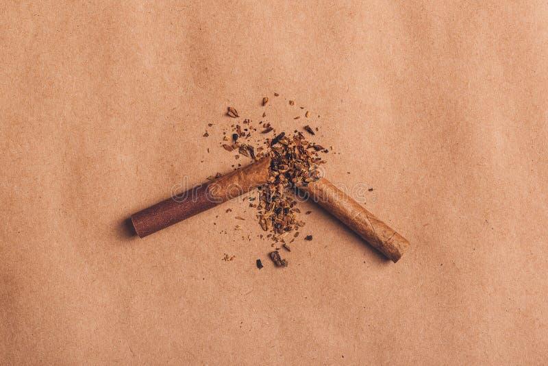 Łamany papierosowy odgórny widok, skwitowany dymienia pojęcie fotografia stock