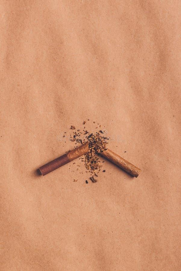 Łamany papierosowy odgórny widok, skwitowany dymienia pojęcie zdjęcie stock