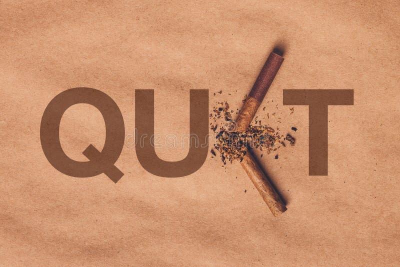 Łamany papierosowy odgórny widok, skwitowany dymienia pojęcie zdjęcia stock
