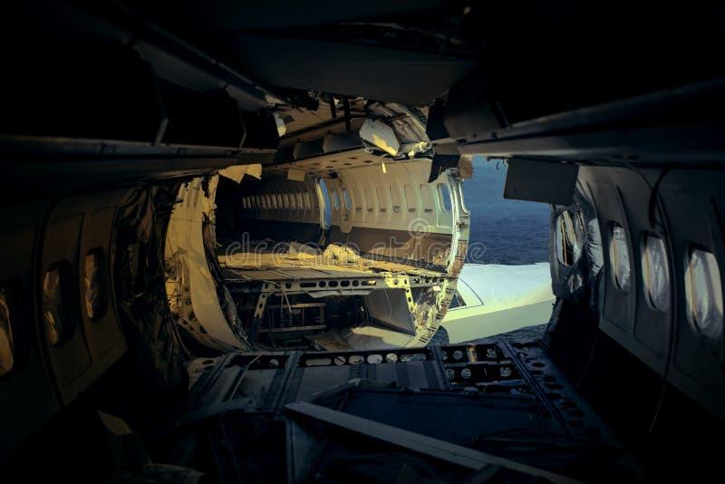 Łamany rozbijający samolot nad głębokim błękitnym oceanem zdjęcie royalty free
