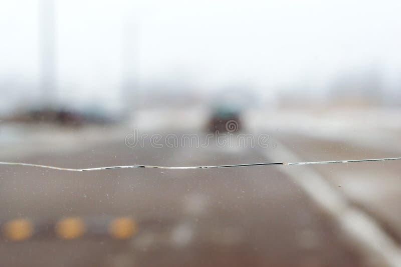 Łamany samochodowy szkło z pęknięciem na przedniej szybie samochód obrazy royalty free