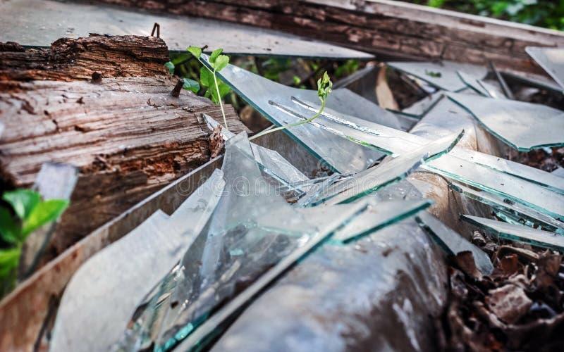 Łamany stary szkło przy dniem zdjęcia stock