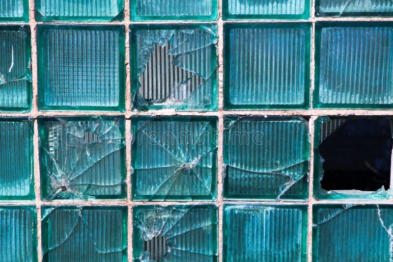 Łamany szkło dla tło wzoru Łamany okno z dziura po kuli w środkowej dziurze w okno Trzask tekstura obrazy royalty free