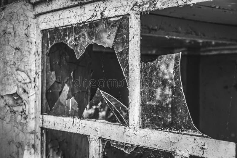 Łamany szkło w starym okno obrazy royalty free