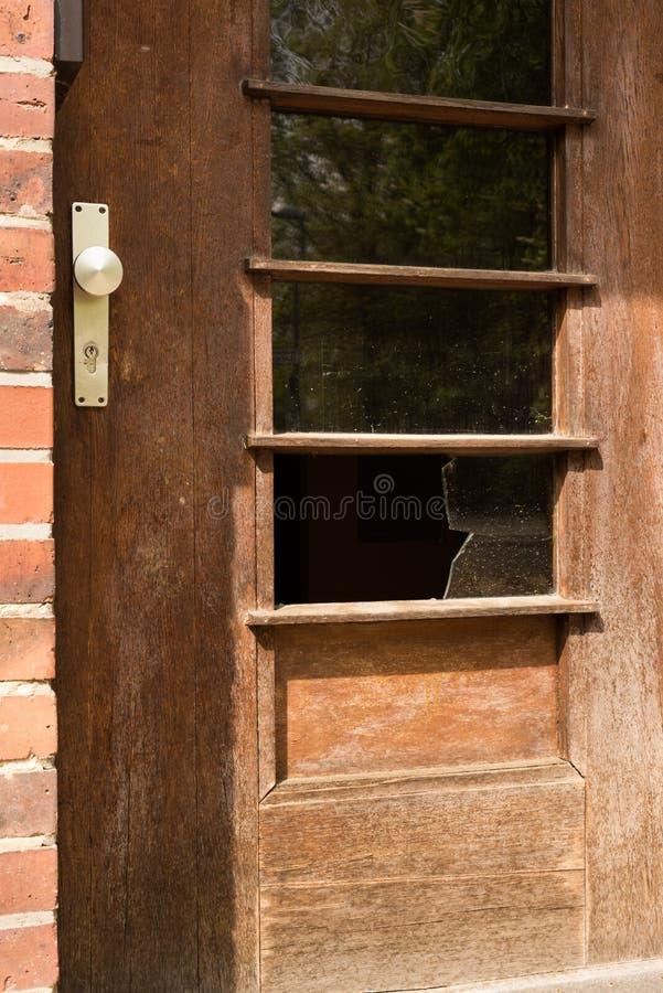 Łamany szklany okno w drzwi - przestępstwo, rabunek, okradzenie domu, aba obrazy royalty free