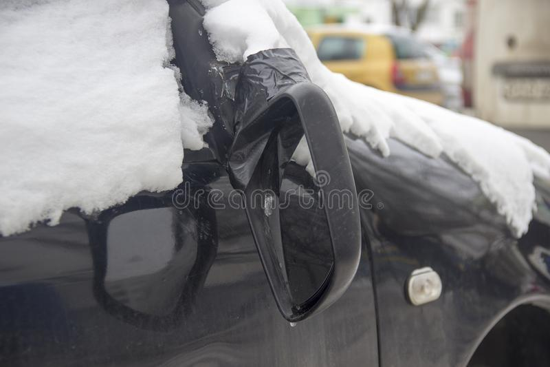 Łamany tylni widoku lustro na czarnym samochodowym zakończenia rearview obrazy stock