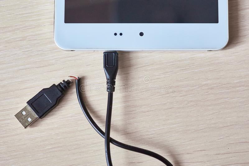 Łamany usb kabel na drewnianym stole obraz stock