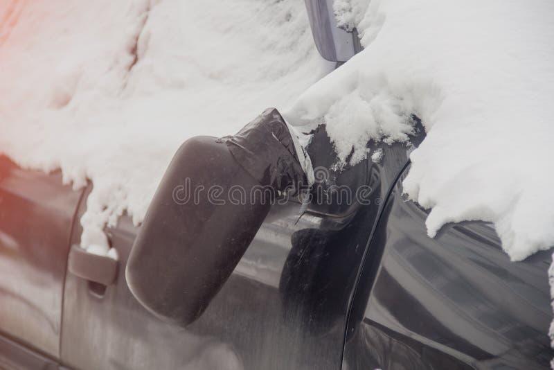 Łamany widoku lustro na czarnej samochodowego lustra zimie obrazy stock