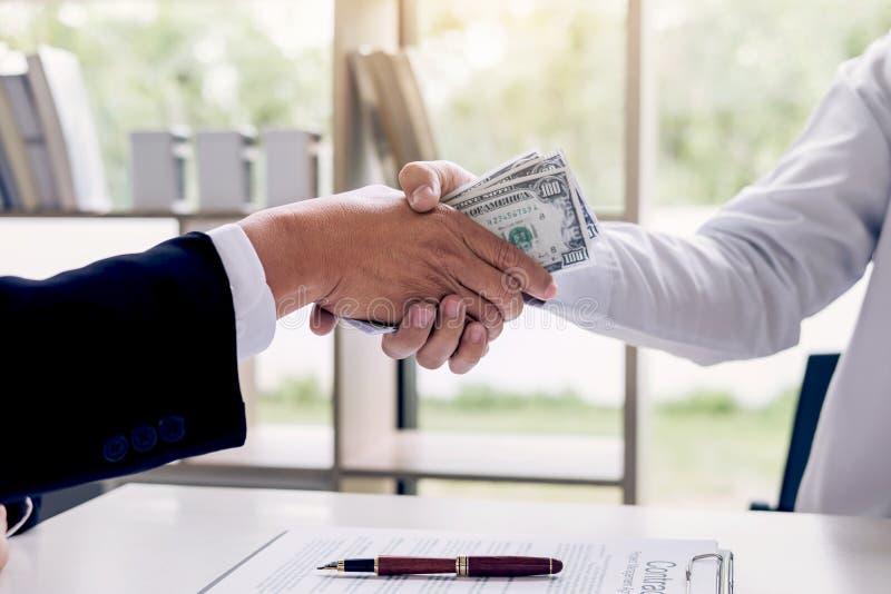Łapówkarstwo i korupci pojęcie, łapówka w postaci dolarowego rachunku zdjęcie royalty free