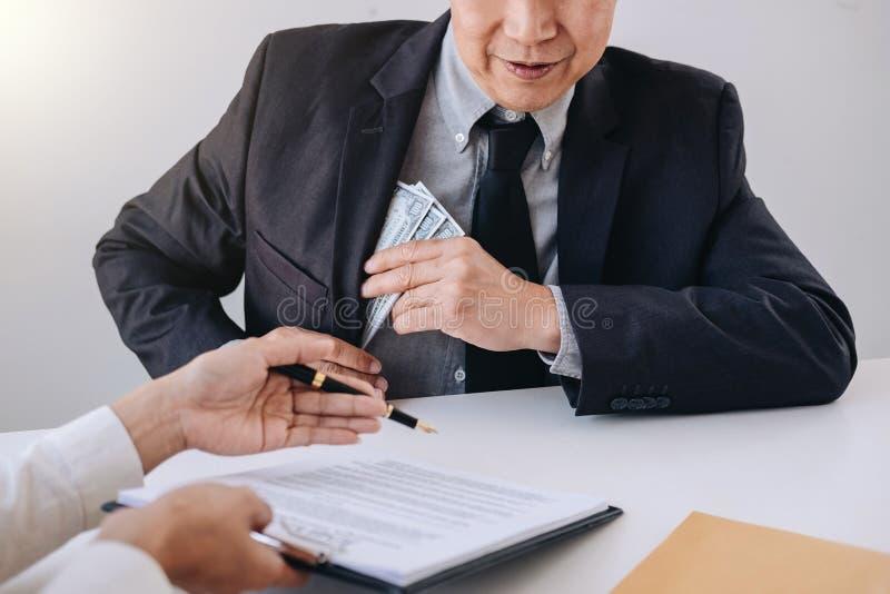 Łapówkarstwo i korupci pojęcie, łapówka w postaci dolarowego rachunku fotografia royalty free