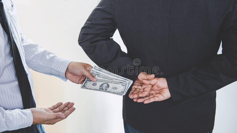 Łapówkarstwo i korupci pojęcie, łapówka w postaci dolarowych rachunków, biznesmen daje pieniądze zgoda podczas gdy robić transakc zdjęcia royalty free