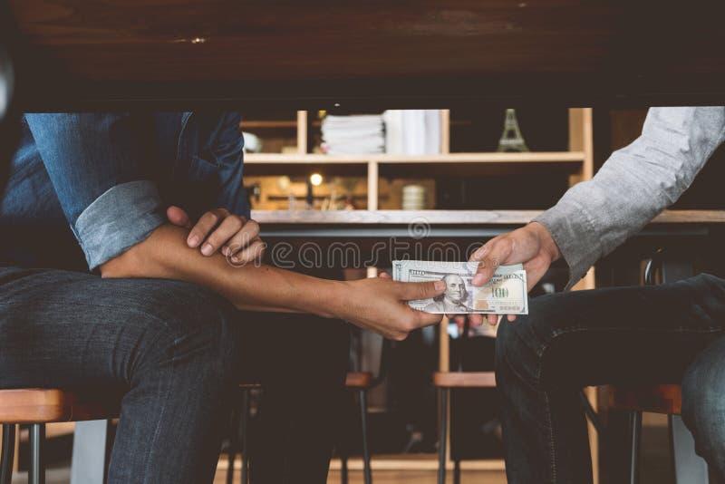 Łapówkarstwo, ręki przechodzi pieniądze pod stołem, korupcja i łapówkarstwo, fotografia royalty free