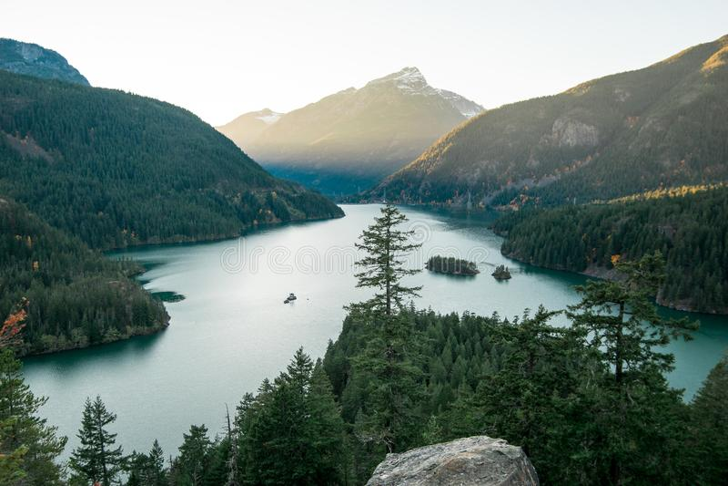 Łapać tamte ostatnich promienie położenia słońce nad Diablo jeziorem zdjęcie stock
