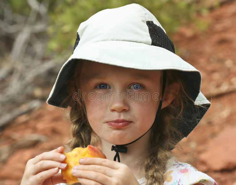 łasowania dziewczyny kapeluszowy mały brzoskwini biel zdjęcia stock