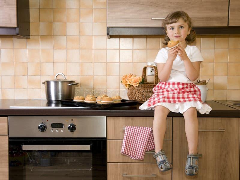 łasowania dziewczyny mały słodka bułeczka obrazy stock