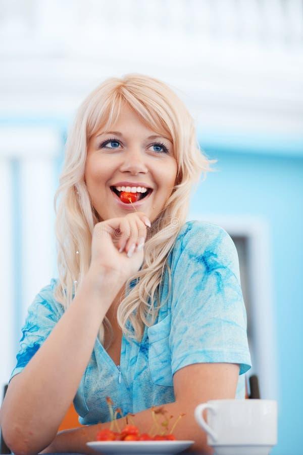 łasowanie cukierniana czereśniowa dziewczyna zdjęcie stock