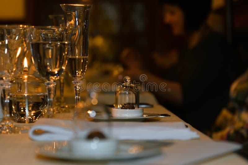 Łasowanie gość restauracji przy restauracją, przyjęcie, świętowanie zdjęcia stock
