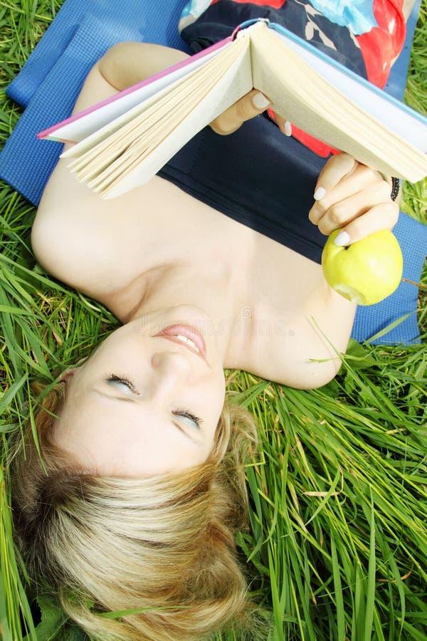 łasowanie jabłczana kobieta zdjęcie stock