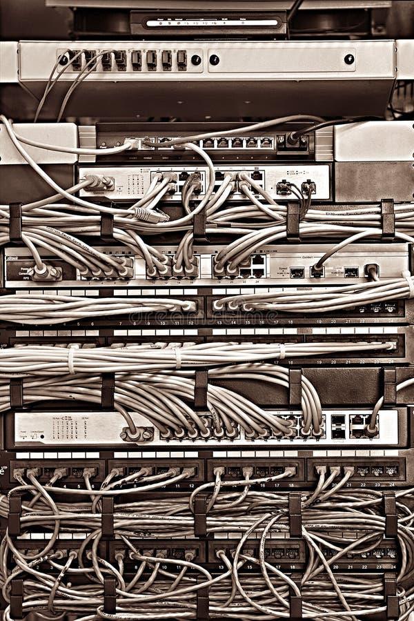 Łata panelu serweru stojak z sznurami w różnych kolorach obrazy stock