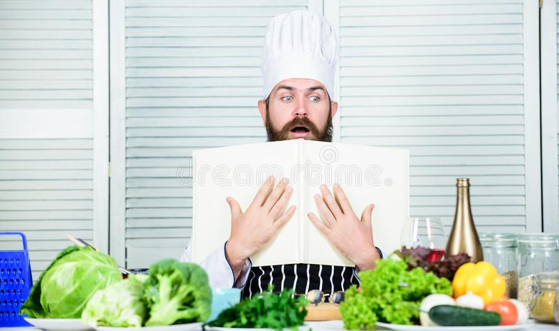 Łatwa i szybka Dieting żywność organiczna Kuchnia kulinarna vite Zdrowy karmowy kucharstwo Dojrzały modniś z brodą powaga fotografia royalty free