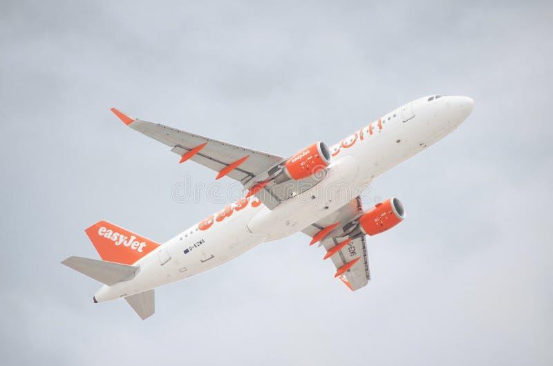 Łatwy Dżetowy Aerobus A320-200 bierze daleko od Tenerife południowego lotniska na chmurnym dniu obrazy royalty free