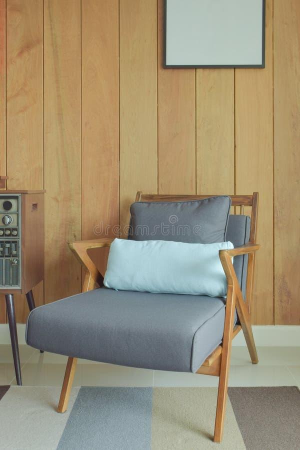 Łatwy holu krzesło z drewnianym ściennym tłem w retro stylu fotografia stock