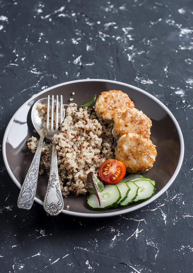 Łatwy lunch - quinoa i kurczaka klopsiki na ciemnym tle obraz royalty free