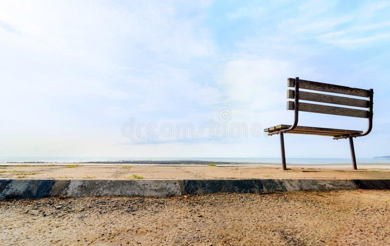 Ławka blisko plaży zdjęcia stock