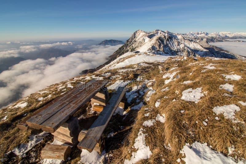Ławka drewniana z morzem chmurŁawka drewniana z morzem chmurs w górach wysokich obrazy royalty free