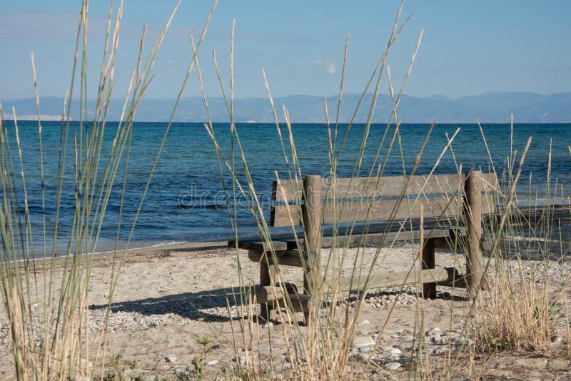 Ławka i błękitny morze fotografia royalty free
