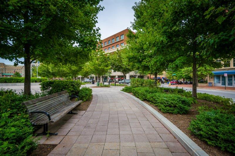 Ławka i przejście przy John Carlyle kwadratem w Aleksandria, Virgini zdjęcia stock