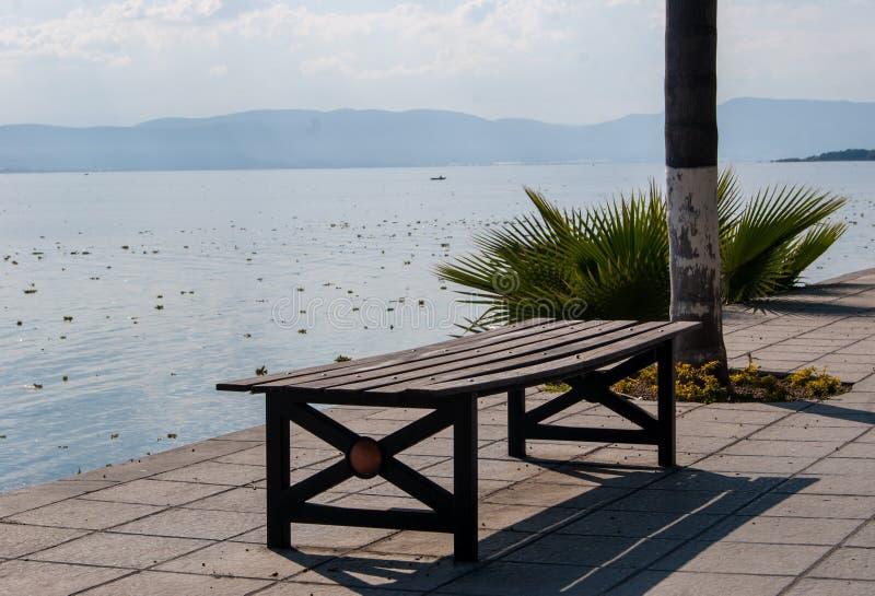 Ławka jeziorem zdjęcie royalty free